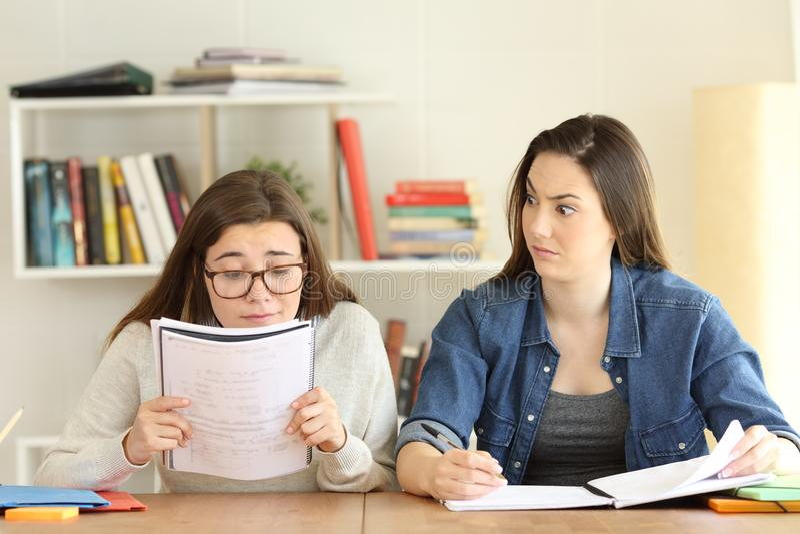 Studente che hanno problemi di vista ed amico stupito immagini stock libere da diritti