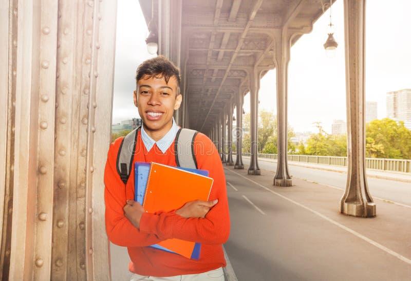 Studente con il manuale che passeggia sulle vie di Parigi immagine stock libera da diritti