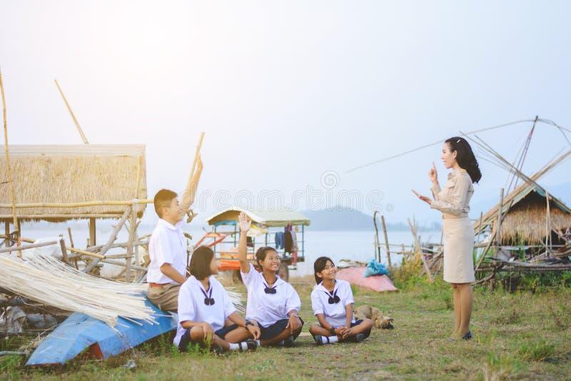 Studente d'istruzione del bello insegnante tailandese per imparare naturale immagini stock libere da diritti