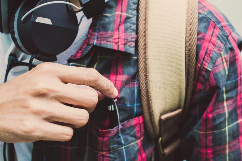 Studente della High School in matita scozzese della tenuta della camicia mettere, nella camicia della borsa e nel marrone della b immagini stock libere da diritti