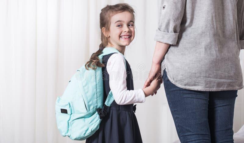 Studente della scuola primaria e del genitore andare di pari passo fotografia stock