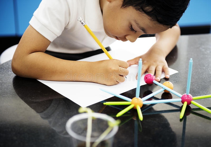 Studente di asilo che impara le strutture dai giocattoli immagini stock