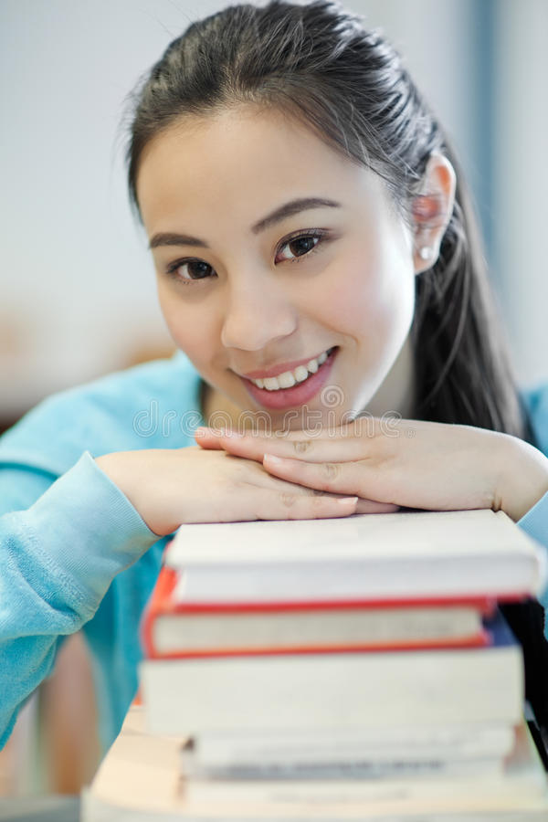 Studente di college asiatico fotografia stock libera da diritti