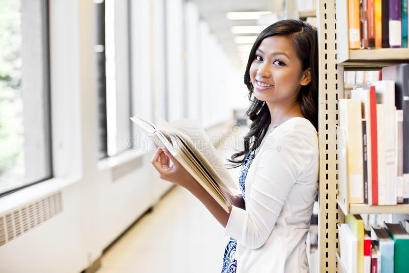 Studente di college asiatico fotografie stock libere da diritti