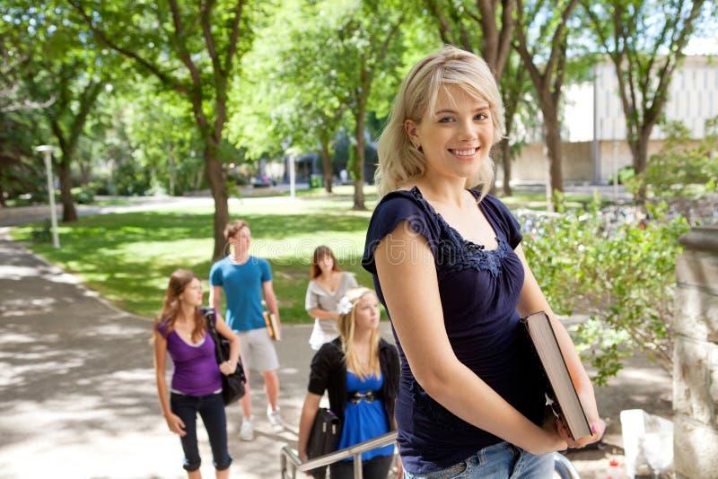 Studente di college biondo felice immagini stock libere da diritti