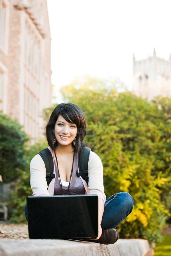 Studente di college della corsa Mixed con il computer portatile fotografie stock libere da diritti