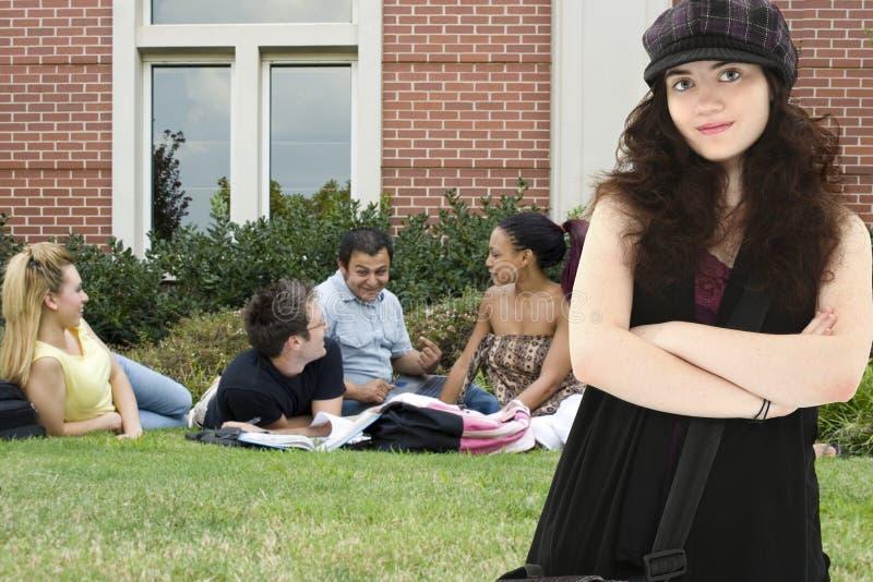 Studente di college di Attradtive sulla città universitaria immagine stock libera da diritti