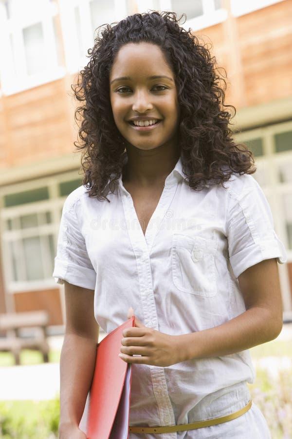 Studente di college femminile sulla città universitaria immagine stock libera da diritti