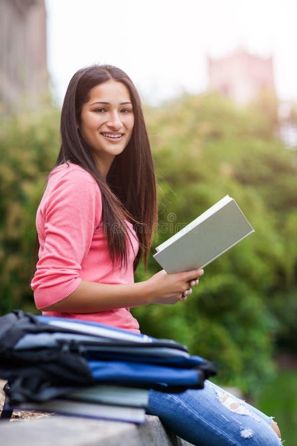 Studente di college ispanico immagine stock libera da diritti