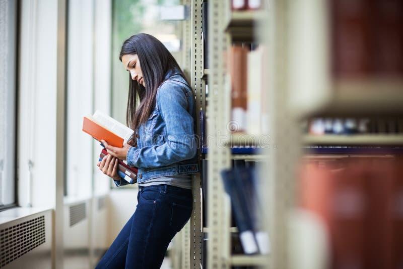 Studente di college ispanico fotografia stock libera da diritti
