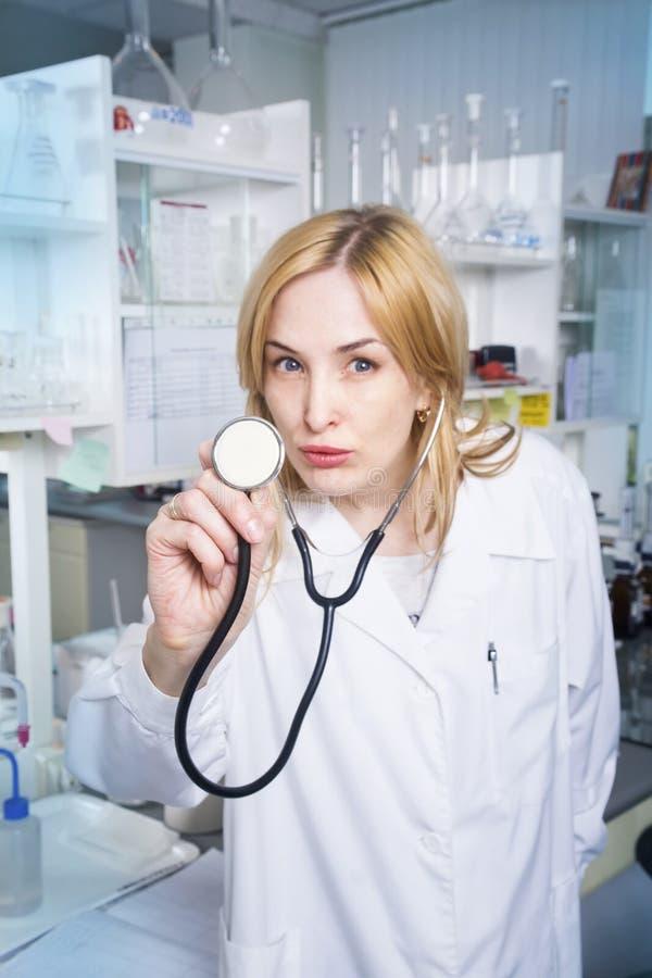 Studente di medicina della donna espressiva fotografia stock