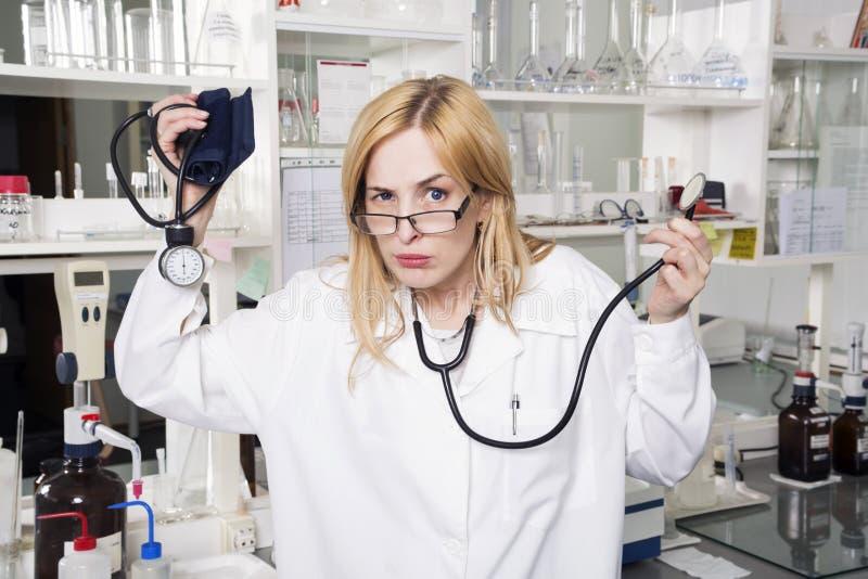 Studente di medicina espressivo in laboratorio fotografia stock