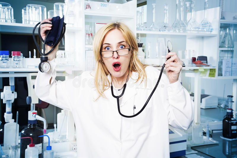 Studente di medicina espressivo in laboratorio fotografie stock libere da diritti