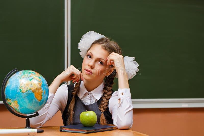 Studente eccellente nelle lezioni di geografia fotografia stock libera da diritti