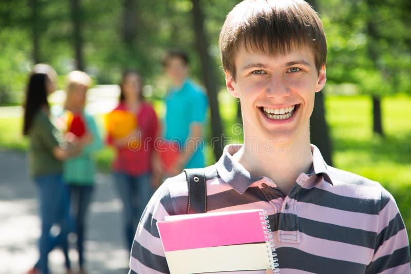 Studente felice con i suoi amici fotografia stock