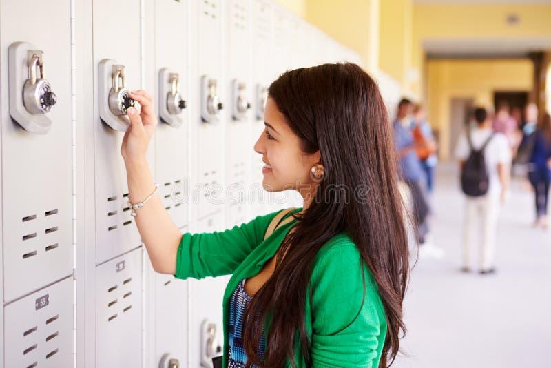 Studente femminile Opening Locker della High School fotografie stock