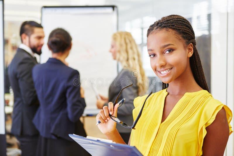 Studente in gruppo start-up interrazziale immagini stock