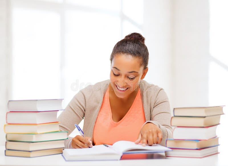 Studente internazionale che studia nell'istituto universitario immagine stock