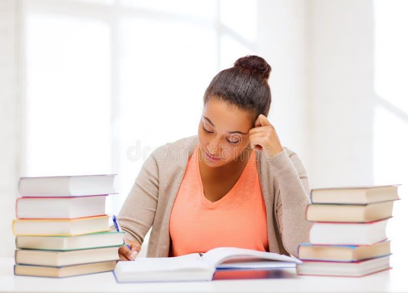 Studente internazionale che studia nell'istituto universitario immagini stock