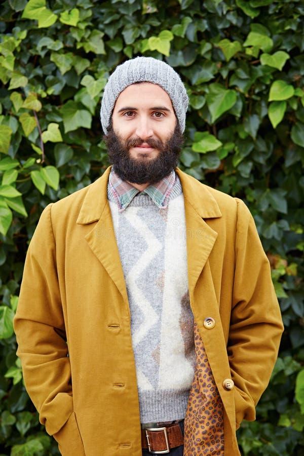 Studente maschio barbuto sorridente dei pantaloni a vita bassa fotografie stock libere da diritti
