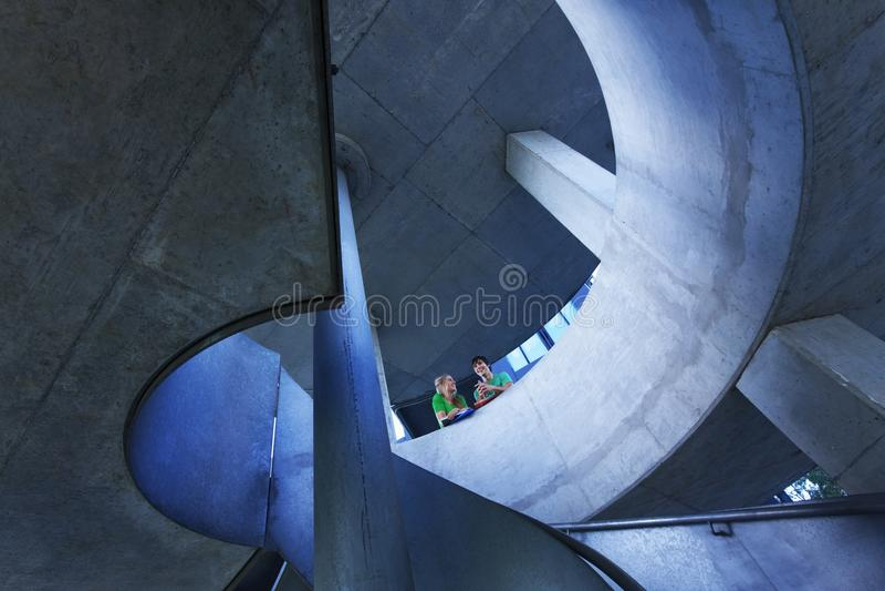 Studente With Modern Staircase al campus universitario fotografia stock libera da diritti