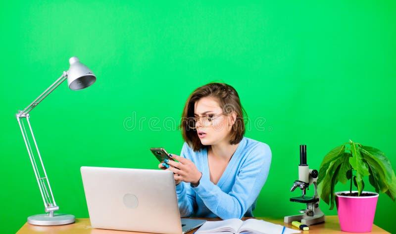 Studente moderno Concetto di istruzione Vita studentesca Istruzione superiore Classi remote online Leggi messaggio in arrivo fotografia stock libera da diritti