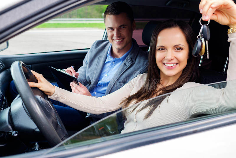 Studente movente felice con le chiavi di un'automobile fotografia stock
