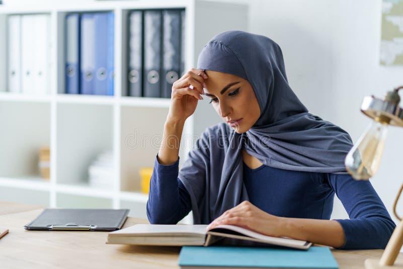 Studente musulmano femminile concentrato fotografia stock libera da diritti