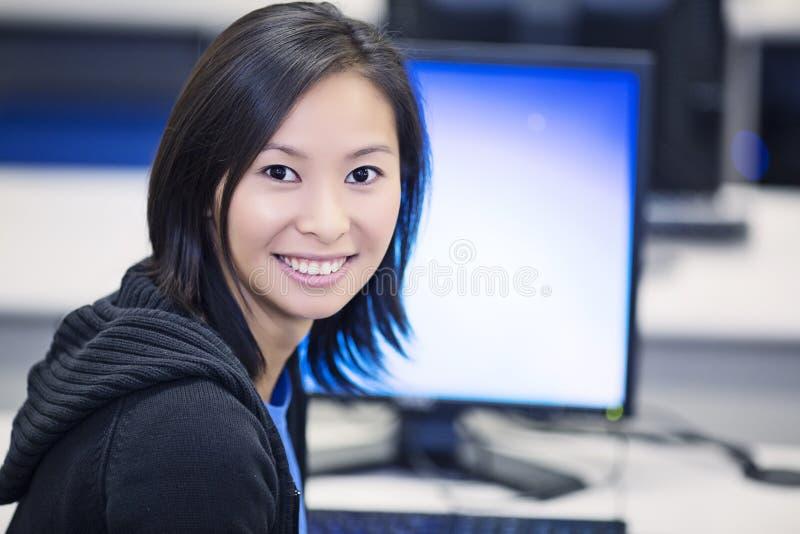 Studente nel laboratorio del computer fotografia stock