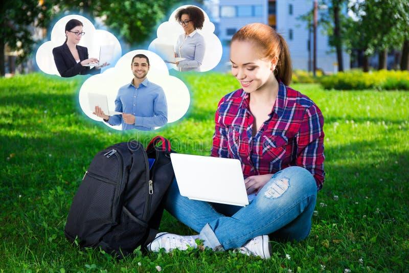 Studente o ragazza adolescente della scuola che utilizza computer portatile nel parco e nelle nuvole w immagini stock