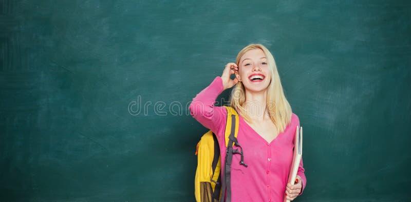 Studente pronto ad istruire un educativo Studio di istituto universitario teenager felice sulla città universitaria, risata cauca fotografia stock libera da diritti