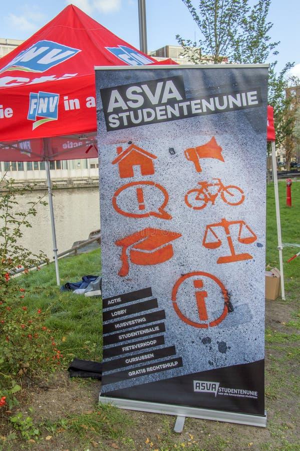 Studente Protest Against Cuts di Union At The UVA dello studente del tabellone per le affissioni ASVA su istruzione Tutt'intorno  immagini stock libere da diritti