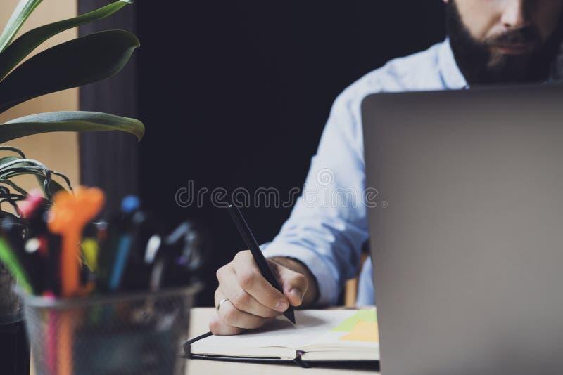 Studente seduto sulla scrivania, scrive su un taccuino Miglioramento dell'istruzione da remoto Persona che segue corsi distanti G fotografia stock libera da diritti