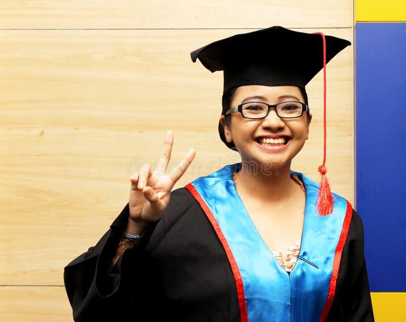 Studente senior nel sorridere della serie di graduazione fotografia stock libera da diritti