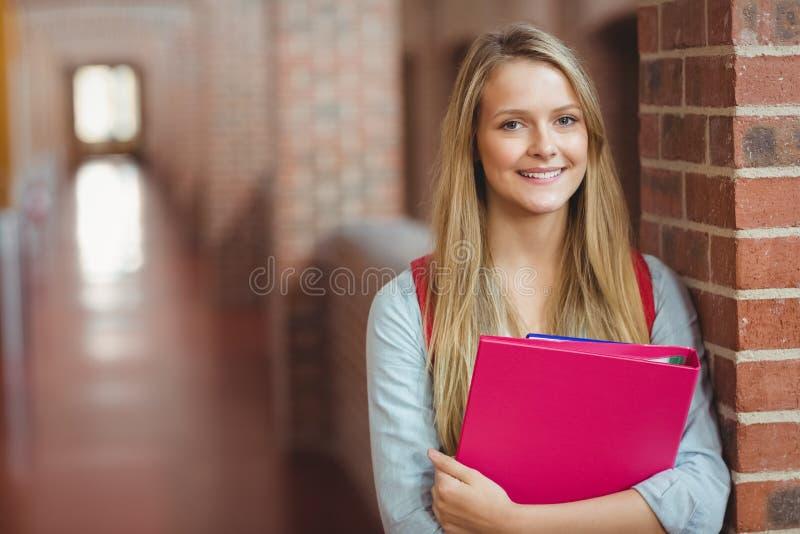 Studente sorridente con la posa del raccoglitore fotografia stock libera da diritti