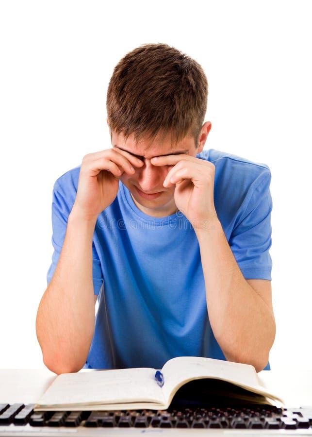 Studente stanco con un libro fotografia stock