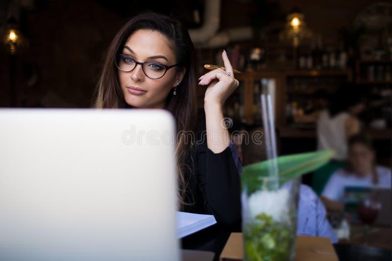 Studente universitario femminile online che impara via il netbook Copi lo spazio immagine stock