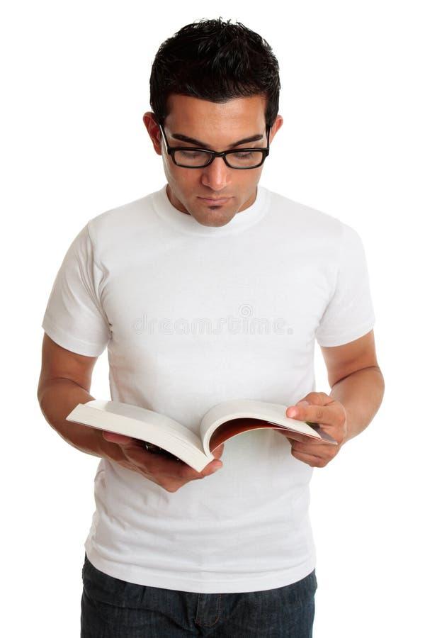 Studente universitario o uomo che legge un manuale immagini stock libere da diritti
