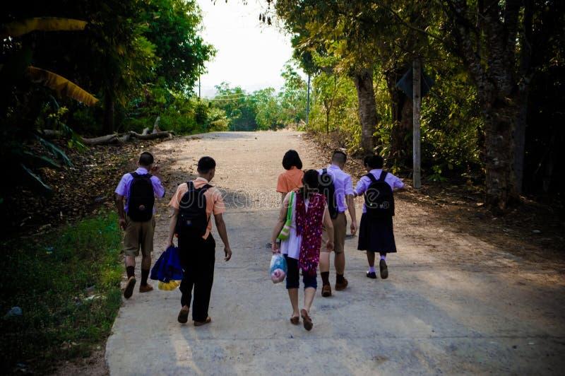 Studenten achter naar huis Kanchanaburi, Thailand, Azië royalty-vrije stock afbeelding