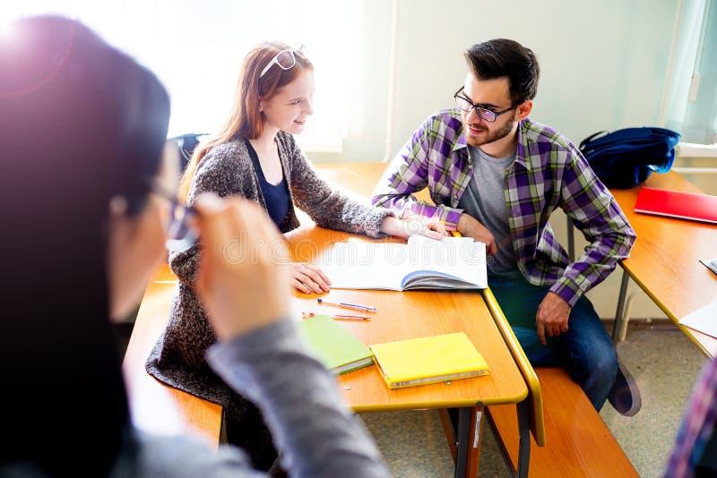 Studenten auf einem Vortrag stockbild