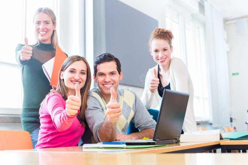 Studenten beim Teamwork-Lernen lizenzfreie stockfotos