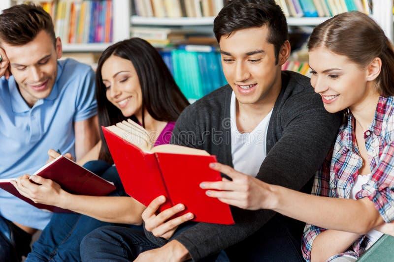 Studenten in bibliotheek. royalty-vrije stock foto