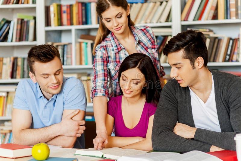 Studenten in bibliotheek. royalty-vrije stock fotografie