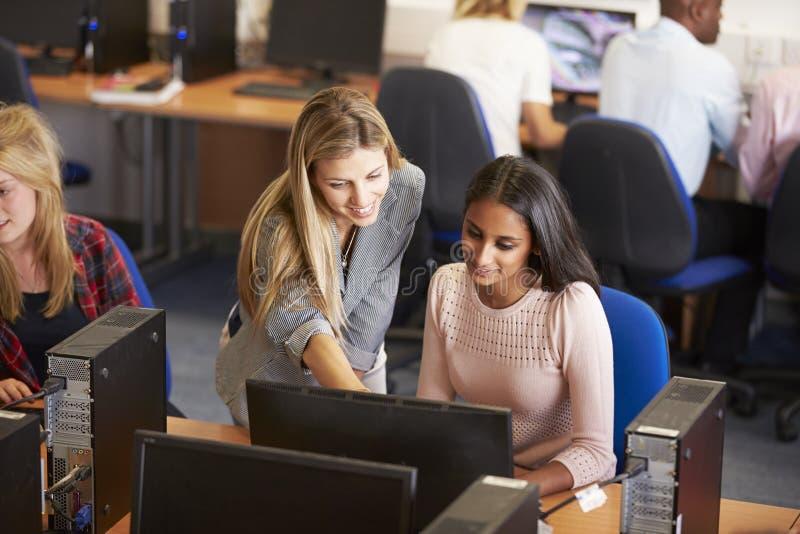 Studenten bij Computers in Technologieklasse royalty-vrije stock afbeelding