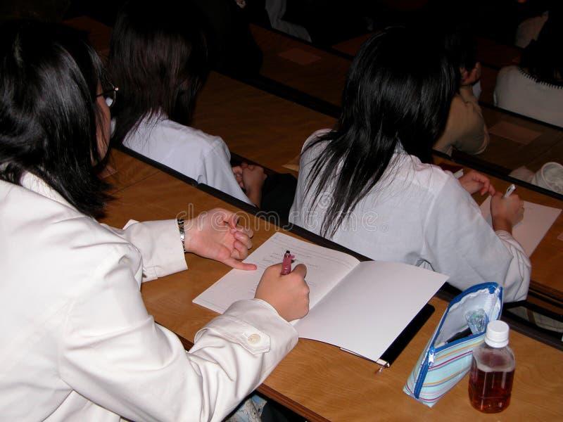 Studenten bij de lezing stock foto's