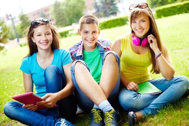 Studenten bij vrije tijd royalty-vrije stock fotografie