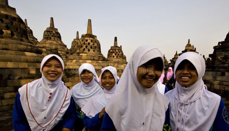 Studenten am Borobodur-Tempel in Indonesien stockbild