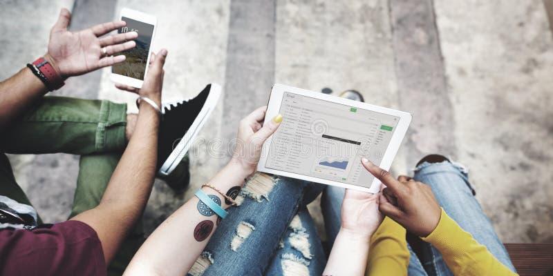 Studenten-Bruch-Analyse-Digital-Tablet-Handy-Technologie C lizenzfreies stockfoto