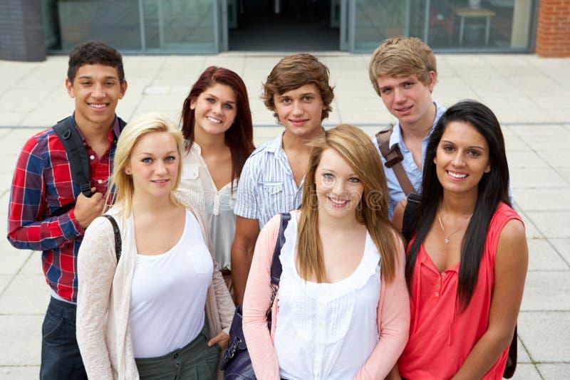 Studenten buiten universiteit royalty-vrije stock afbeeldingen