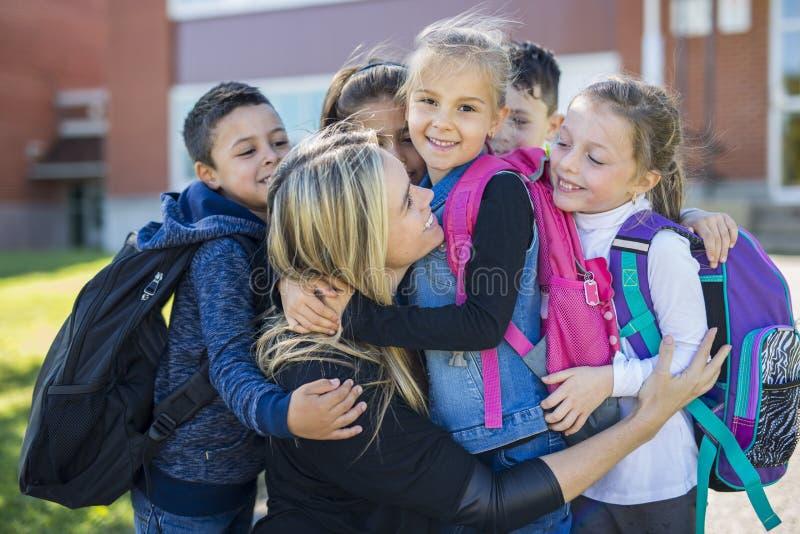 Studenten buiten zich schoolleraar het verenigen royalty-vrije stock foto's
